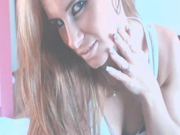huebsche-blondine-zeigt-dir-vor-der-sexcam-ihre-titten